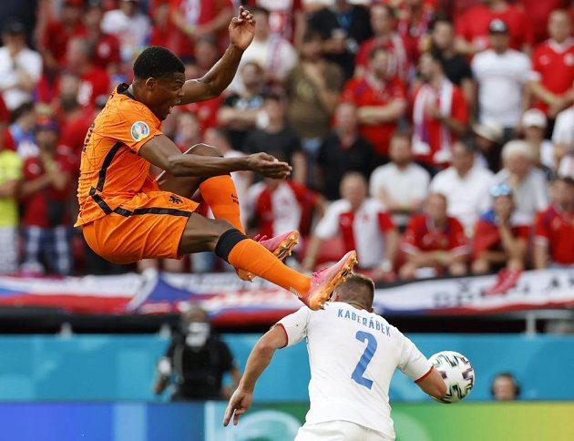 Obránce české reprezentace Pavel Kadeřábek se snaží uhnout letícímu Nizozemci Denzelu Dumfriesovi během osmifinále EURO.