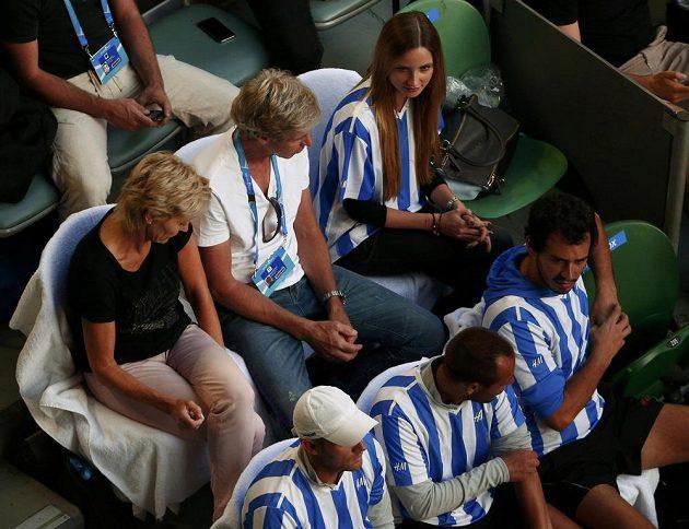 Lóže Tomáše Berdycha s přítelkyní Ester Sátorovou (nahoře) sleduje semifinále Australian Open.