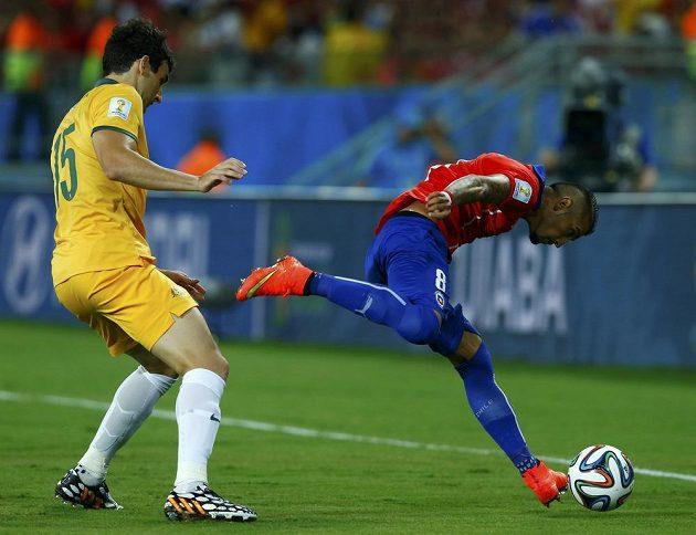 Hvězda chilské reprezentace Arturo Vidal (vpravo) bojuje o míč s Australanem Milem Jedinakem.