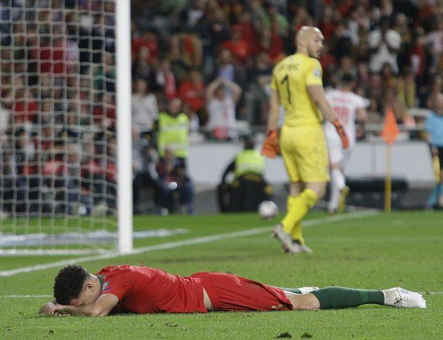 Portugalec Pepé leží na zemí během kvalifikačního duelu se Srbskem.