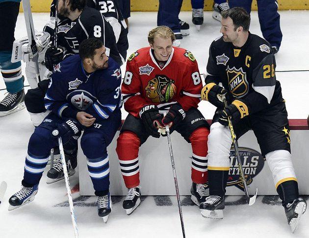 Jako tři mudrcové. Útočníci Dustin Byfuglien (33) z Winnipegu, Patrick Kane (88) z Chicaga a kapitán Pacifické divize John Scott (28) při dovednostních soutěží NHL.