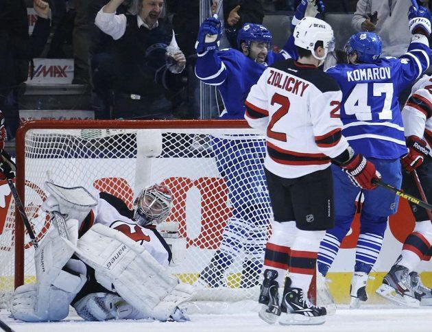 Marek Židlický přihlíží radosti hokejistů Toronta, kteří čtyřikrát překonali brankáře New Jersey Johana Hedberga.