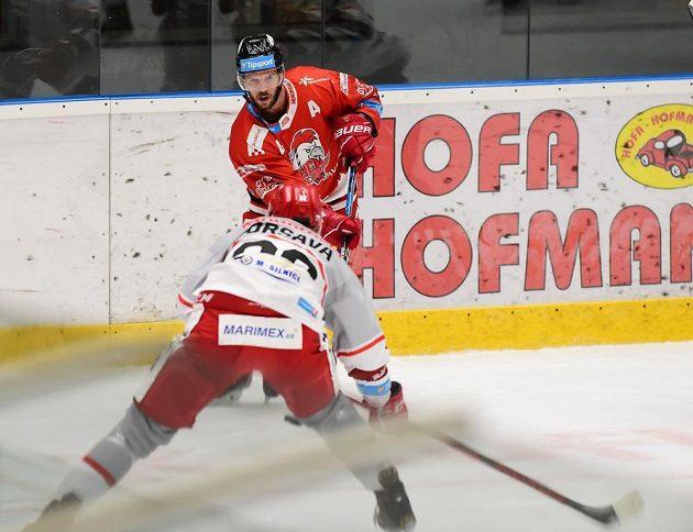 Vzadu David Krejčí z Olomouce, autor gólu, a Jakub Orsava z Hradce Králové.
