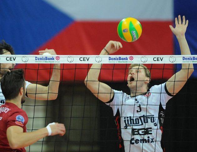 Vpravo volejbalista Radek Mach z Jihostroje v utkání proti Antverpám.