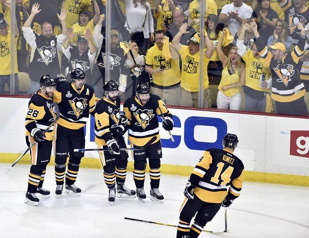 Bylo to těsné, ale hráči Pens po výhře 3:2 nad San Jose slavili před vlastními příznivci první finálovou výhru v boji o Stanley Cup.
