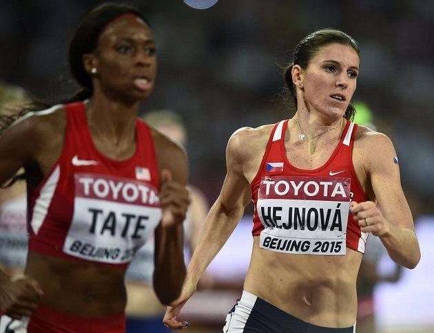 Zuzana Hejnová a Cassandra Tateová z USA při finále na 400 m překážek při MS v Pekingu.