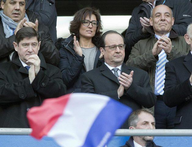 Francouzský prezident Francois Hollande (uprostřed) tleská během zápasu Six Nations v ragby mezi Francií a Itálií na Stade de France.