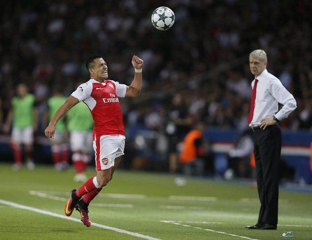 Útočník Arsenalu Alexis Sánchez (vlevo) zpracovává míč přímo před očima trenéra Arséna Wengera.