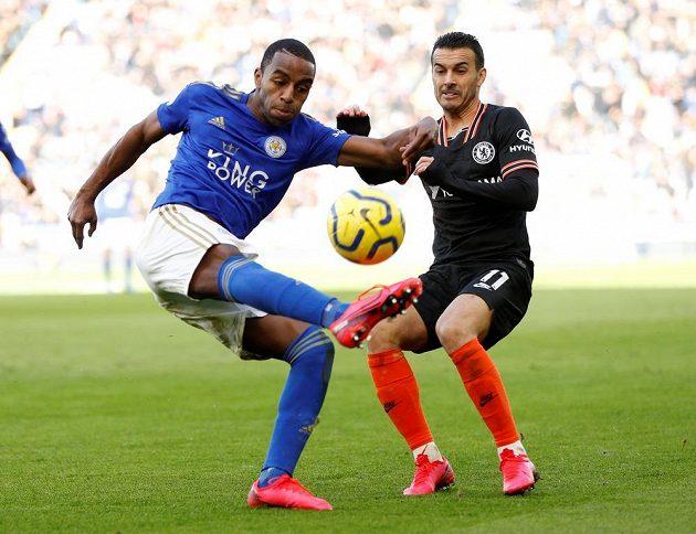 Ricardo Pereira (vlevo) z Leicesteru v souboji s Pedrem z Chelsea.