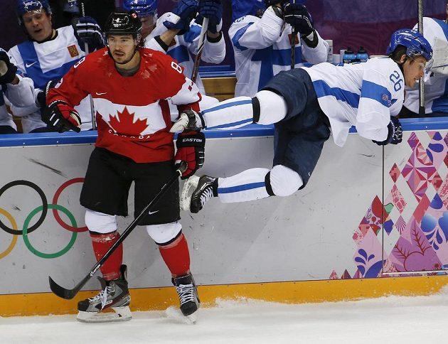 Kanadský obránce Drew Doughty (vlevo) a finský forvard Jarkko Immonen v nedělním utkání v hale Bolšoj.