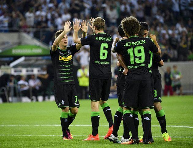 Fotbalista Mönchengladbachu Thorgan Hazard (vlevo) se raduje z gólu v odvetě play off Ligy mistrů proti Young Boys Bern.
