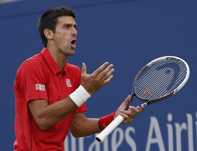 Rozladěný srbský tenista Novak Djokovič během finále US Open proti Rafaelu Nadalovi.