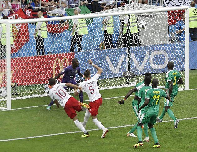 Polský gól naděje. Grzegorz Krychowiak se trefil do sítě Senegalu chvíli před koncem, ale polský tým už na body nedosáhl.