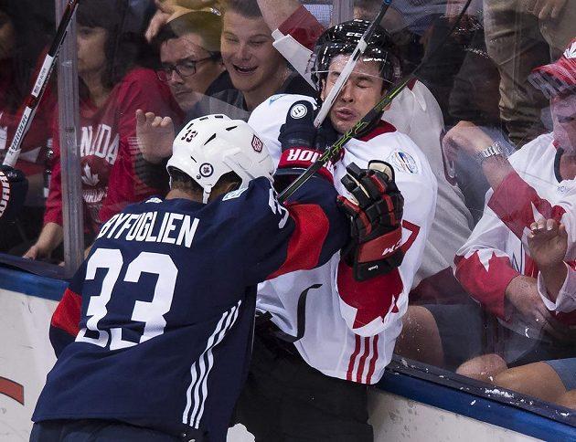 Takhle si americký zadák Dustin Byfuglien vyšlápl na kapitána kanadského týmu Sidneyho Crosbyho.