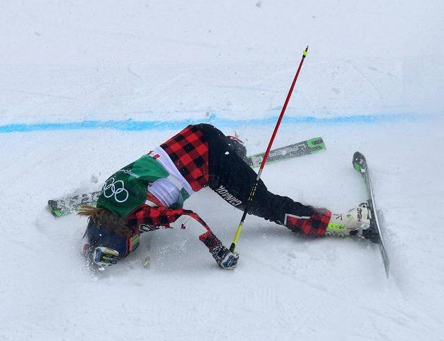 Záchranáři museli do akce poté, co měla během osmifinále soutěže skikrosařek ošklivý pád kanadská závodnice India Sherretová.