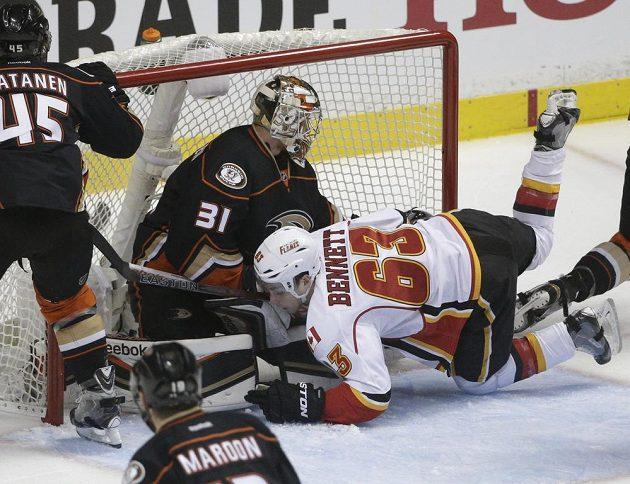 Sam Bennett se do své první sezóny v NHL vrhl skutečně po hlavě.