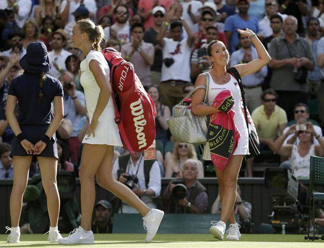 Zklamaná Petra Kvitová opouští centrkurt v All England Clubu po porážce s Jelenou Jankovičovou (vpravo).