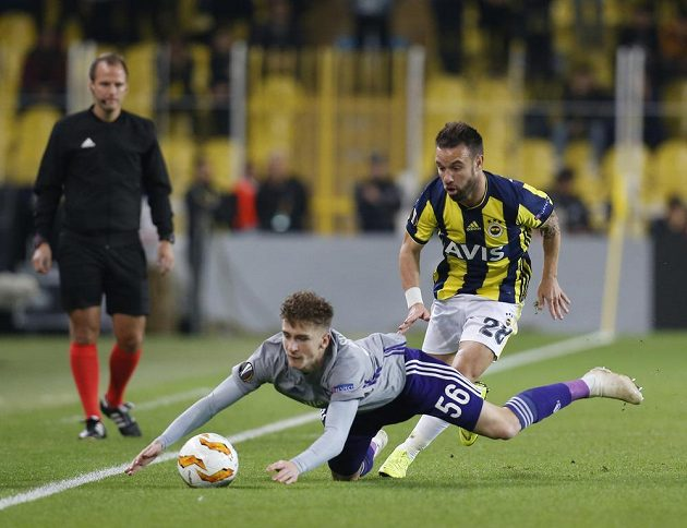 Mathieu Valbuena (28) z Fenerbahce a Alexis Saelemaekers z Anderlechtu.