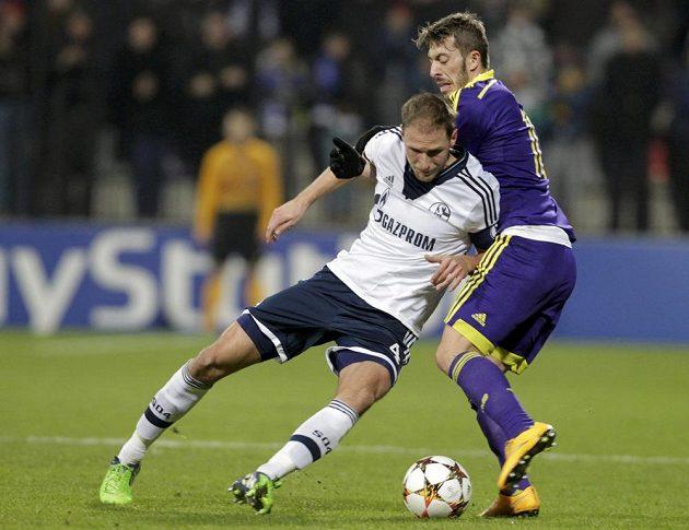 Obránce Schalke Benedikt Höwedes (vlevo) v souboji s Agimem Ibraimim z Mariboru.