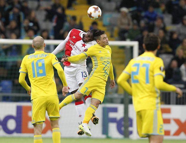 Fotbalista Slavie Michael Ngadeu-Ngadjui ve vzdušném souboji se Serikžanem Mužikovem z Astany v utkání Evropské ligy.