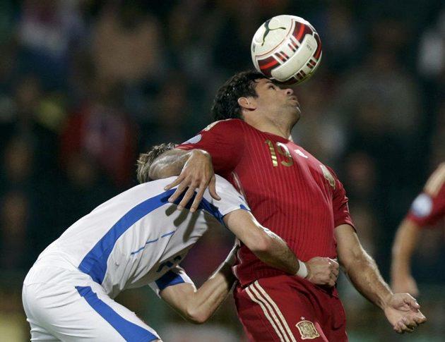 Španěl Diego Costa (vpravo) zpracovává míč, brání ho Slovák Peter Pekarík.