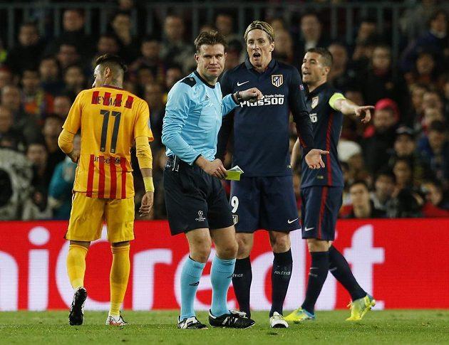 Fernando Torres z Atlética Madrid dostává první žlutou kartu od sudího Felixe Brycha v prvním čtvrtfinále LM s Barcelonou.