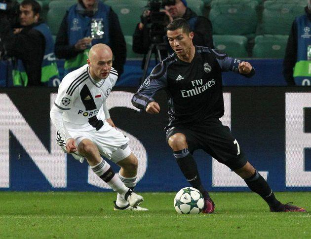 Michal Pazdan (vlevo) z Legie a hvězda Realu Madrid Cristiano Ronaldo v zápase 4. kola fotbalové Ligy mistrů.