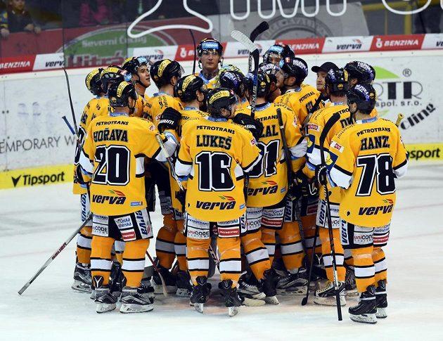 Litvínovští hokejisté se radují z vítězství nad Slavií.