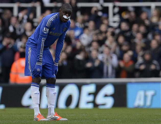 Útočník Chelsea Demba Ba nemohl v Newcastlu zastavit krvácení z nosu a musel střídat.