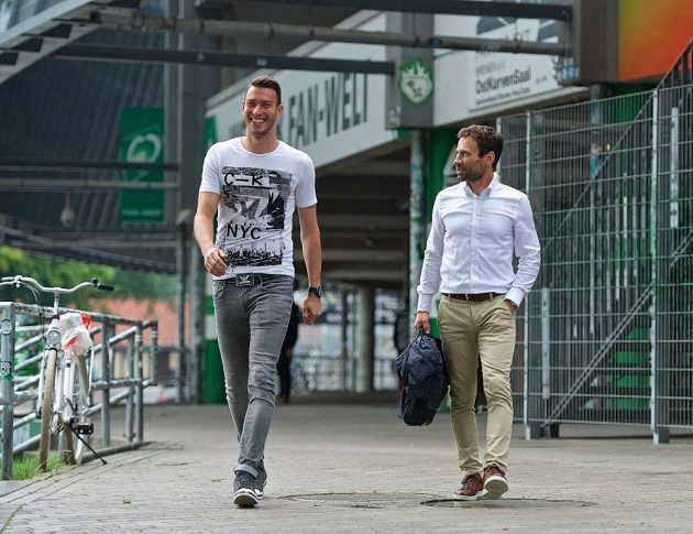 Jiří Pavlenka (vlevo) s Viktorem Kolářem opouští stadión v Brémách.