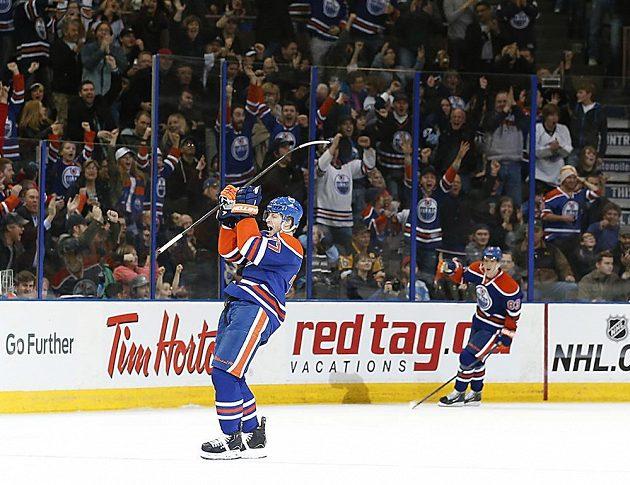 Obránce Edmontonu Anton Belov (vlevo) se po přihrávce Aleše Hemského radoval z vůbec první trefy v nejslavnější hokejové soutěži světa.