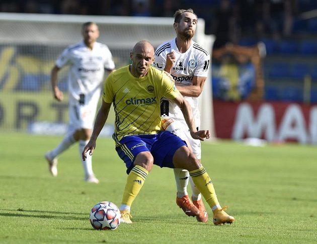 Zleva Marek Hlinka ze Zlína a Pablo González z Olomouce v utkání 5. kola Fortuna ligy.