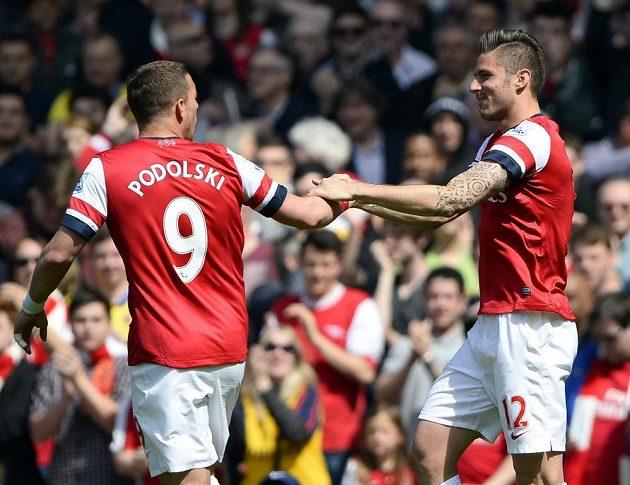 Olivier Giroud (vpravo) přijímá gratulace ke vstřelené brance od svého spoluhráče z Arsenalu Lukase Podolského.