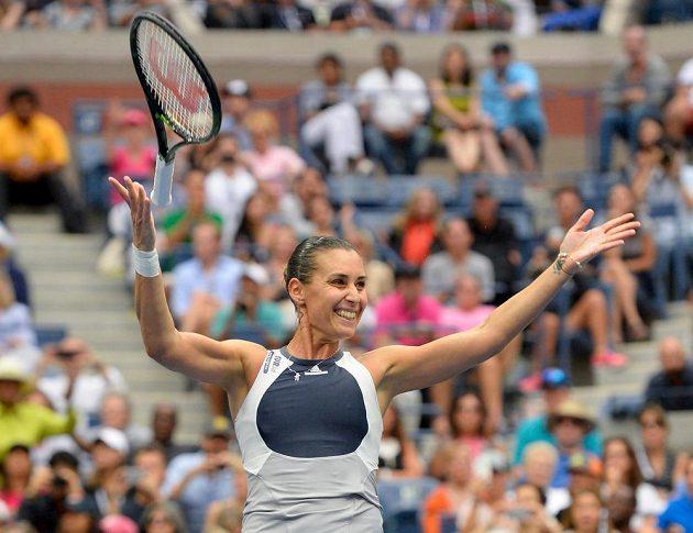 Flavia Pennettaová zahazuje raketu a slaví - právě triumfovala na US Open.