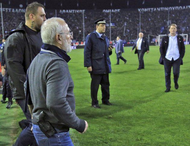Ivan Savvidis, majitel PAOK Soluň, byl v závěru utkání s AEK hodně vzteklý. Z kapsy mu čouhá zbraň.