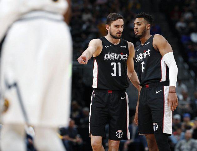 Český basketbalista Tomáš Satoranský se domlouvá se spoluhráčem z Washingtonu Wizards během utkání NBA.