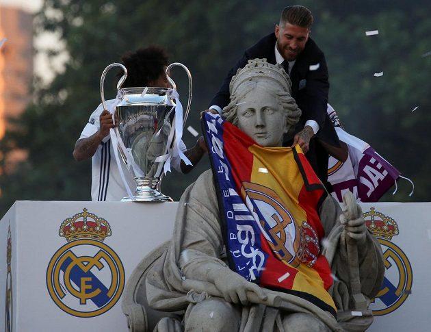 Kapitán Realu Madrid Sergio Ramos a Marcelo (vlevo) slaví triumf v Lize mistrů na náměstí Cibeles.