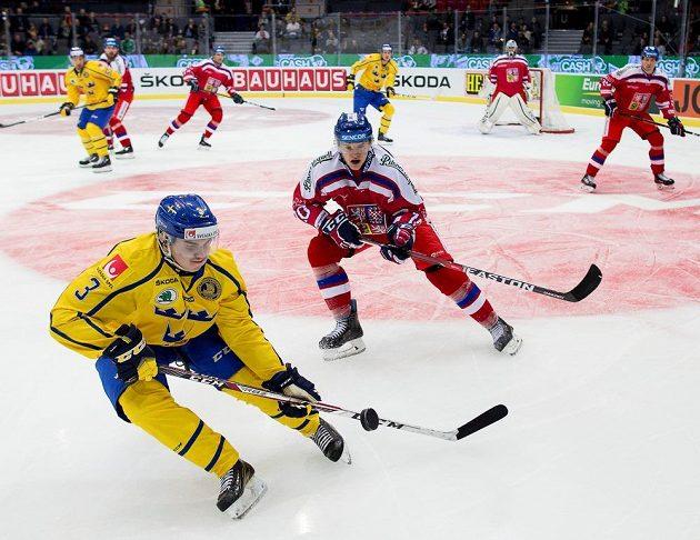 Sebastian Aho ze Švédska v souboji s Davidem Kampfem v utkání na Švédských hrách.