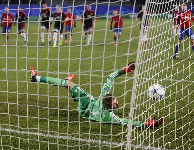 Na střelu Seydoua Doumbii z CSKA Moskva brankář Manchesteru United David de Gea nedosáhl.