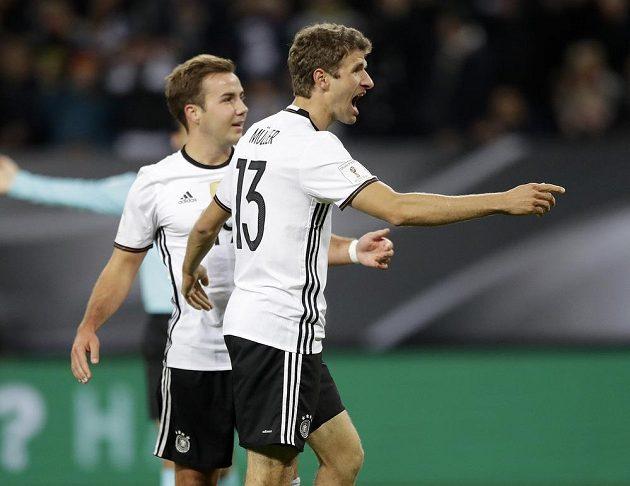 Němec Thomas Müller (vpravo) poté, co otevřel skóre utkání s českým týmem.
