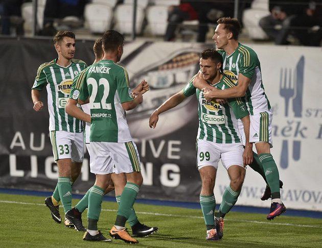 Fotbalisté Bohemians se radují z prvního gólu v Jihlavě.