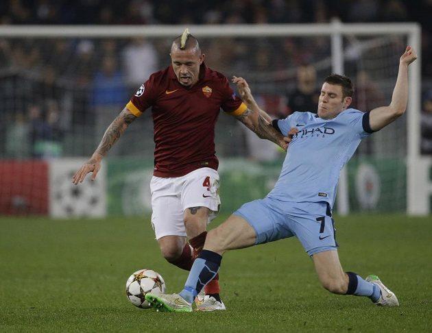 Radja Nainggolan (vlevo) z AS Řím se snaží udržet míč před záložníkem Manchesteru City Jamesem Milnerem.