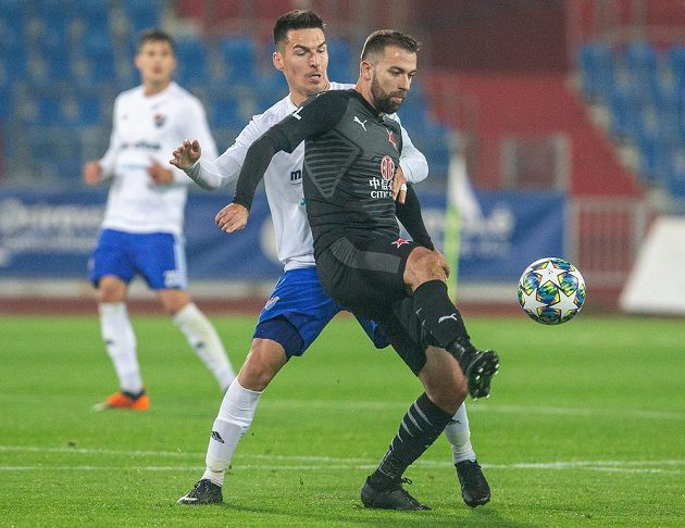 Robert Hrubý z Ostravy a Josef Hušbauer ze Slavie v utkání osmifinále MOL Cupu.