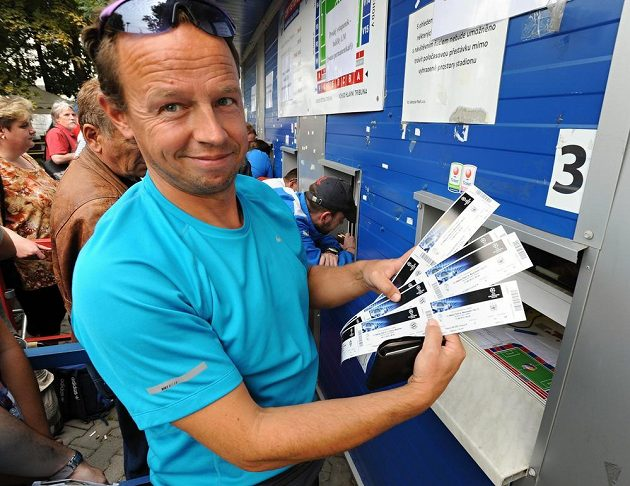 Další fanoušek se chlubí se svou kořistí v podobě lístků na Ligu mistrů.