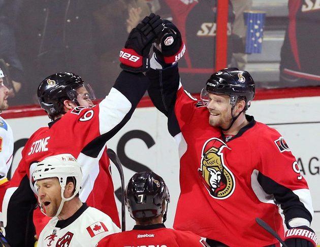 Ottawský útočník Milan Michálek (vpravo) slaví se spoluhráčem Markem Stonem gól proti Calgary.