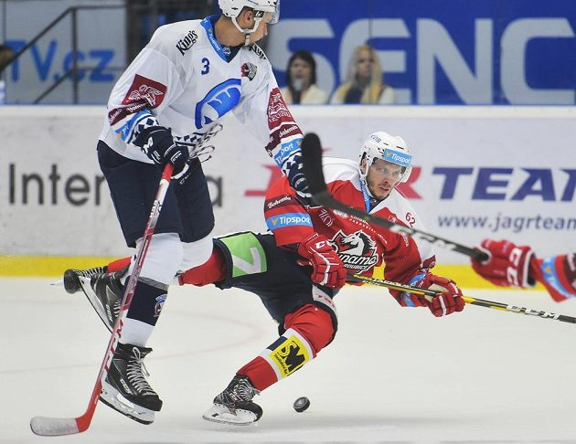 Michal Houdek z Plzně v souboji s padajícím Martinem Látalem z Pardubic během utkání extraligy.