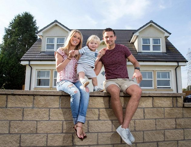 S manželkou Laurou a synkem Lukou před domem v Glasgowě.