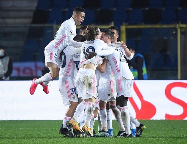 Radost hráčů Realu Madrid z vítězného gólu proti Bergamu.