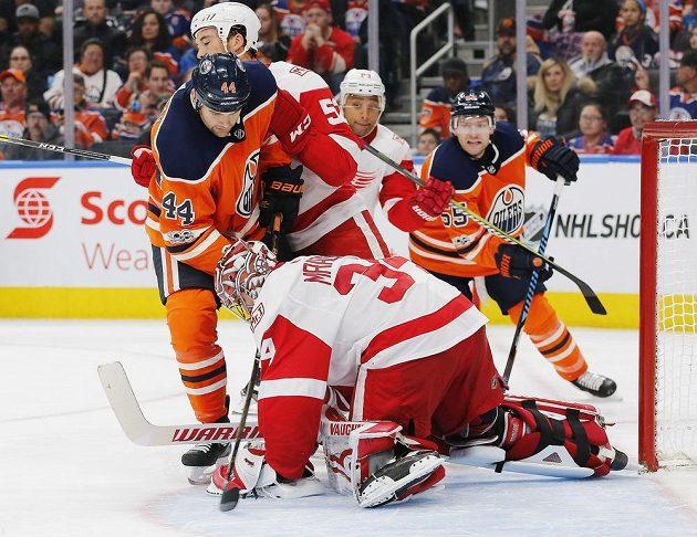 Detroitský Petr Mrázek (34) likviduje jednu ze šancí hráčů Oilers.