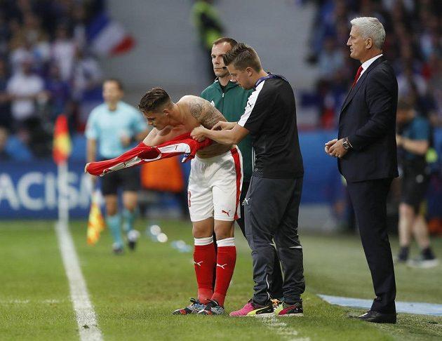 Švýcarský reprezentant Granit Xhaka si obléká nový dres v utkání s Francií.